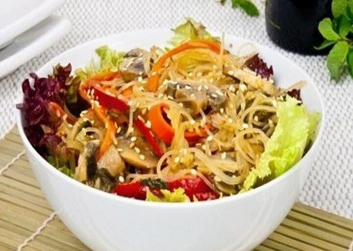 Салат фунчоза с овощами и грибами